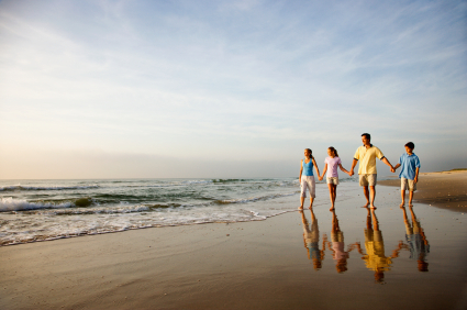 Family_walking_at_the_beach